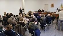 La presidenta de l'AMB, Ada Colau, es dirigeix al públic assistent a la Sala de Plens
