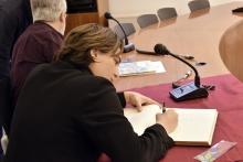 La presidenta de l'AMB, Ada Colau, signa en el llibre d'honor de l'Ajuntament