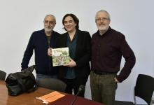 L'alcalde li regala el llibre Els secrets de la Palma