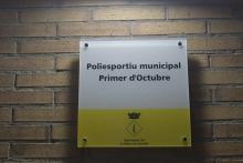 Descobriment de la placa amb el nom nou de Poliesportiu Municipal Primer d'Octubre
